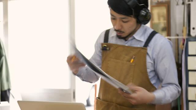 vidéos et rushes de ms td shot of woodworkers using laptop in his work station / kyoto, japan - un seul homme d'âge moyen