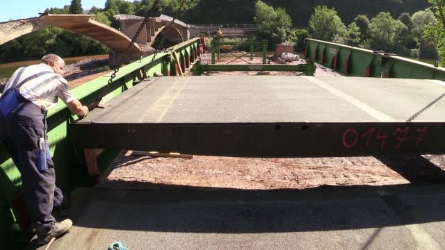 vidéos et rushes de ms shot of workmen at construction of temporary bridge over river saar / wiltingen, rhineland-palatinate, germany - un seul homme d'âge mûr