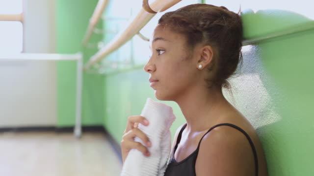 cu pan shot of young ballet dancer taking break in studio / santa fe, new mexico, united states - きれいにする点の映像素材/bロール
