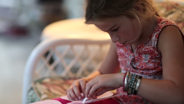 vidéos et rushes de cu tu shot of young girl sewing her fairy wings / st simon's island, georgia, united states - coudre