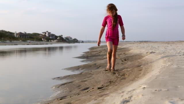 vídeos de stock, filmes e b-roll de ws la shot of young girl walking along beach / st simon's island, georgia, united states - tempo real