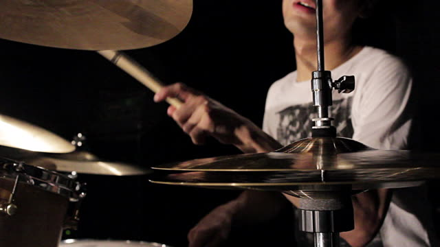 cu shot of young man playing drums / shinjuku, tokyo, japan - maglietta video stock e b–roll