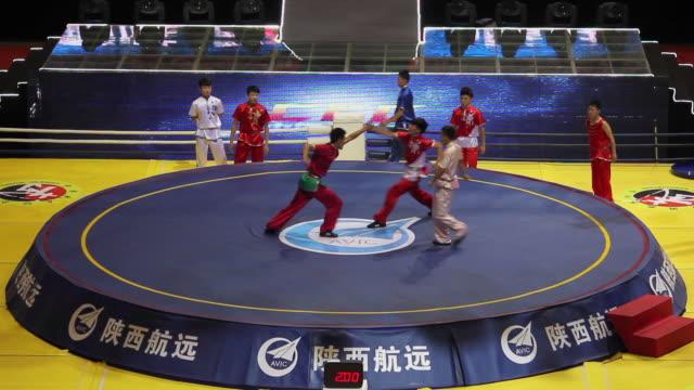vídeos de stock, filmes e b-roll de ws shot of young people performing martial art in event center / xian, shaanxi, china  - posição de combate