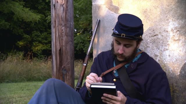 ms pan shot of young union soldier writes letter / middleburg, virginia, united states - unionsarmén bildbanksvideor och videomaterial från bakom kulisserna