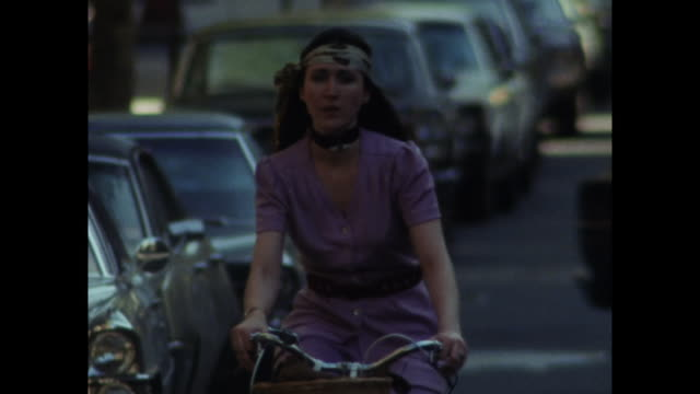 vídeos y material grabado en eventos de stock de shot of young woman riding bike on new york street; 1971 - bicicleta antigua