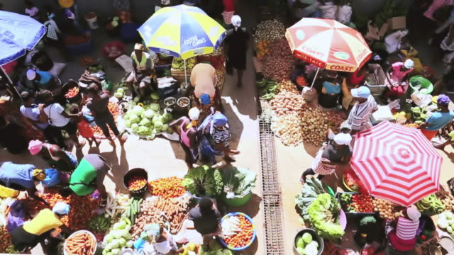 ws ha slo mo shot over african market street vendors selling fresh vegetables and fruits / santiago, cape verde - selling stock videos & royalty-free footage