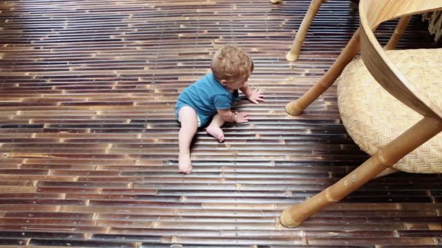 vídeos de stock e filmes b-roll de ms ha shot over baby sitting up by himself / ubud, bali, indonesia - vida de bebé