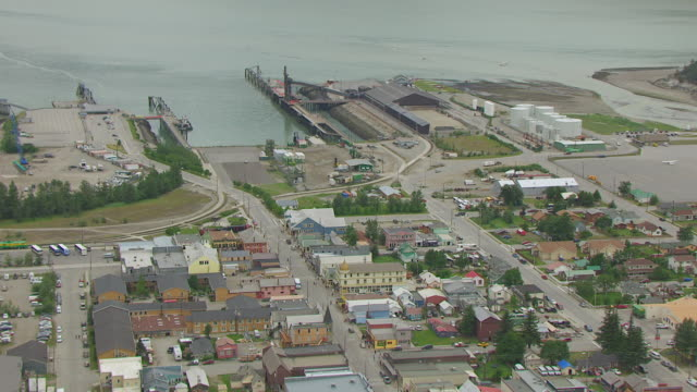 vídeos de stock, filmes e b-roll de ms aerial zo shot over buildings and streets / skagway, alaska, united states - skagway