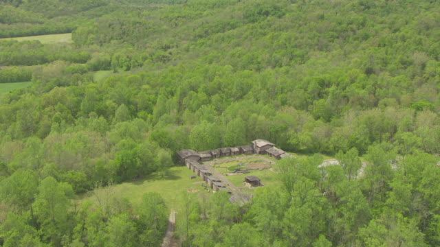 vídeos de stock, filmes e b-roll de ws aerial ds shot over fort at fort boonesborough state park / richmond, kentucky, united states - parque estadual