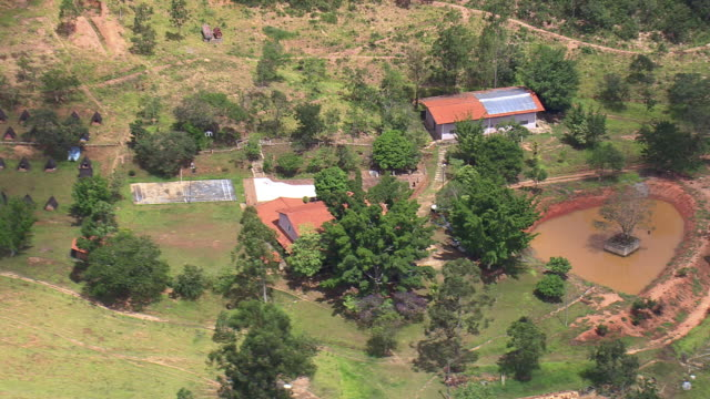 vídeos de stock, filmes e b-roll de ws aerial shot over house with garden area / minas gerais, brazil - estrada rural
