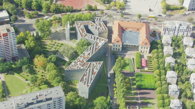 ms aerial ds zi shot over jewish museum / berlin, germany - von bäumen gesäumt stock-videos und b-roll-filmmaterial