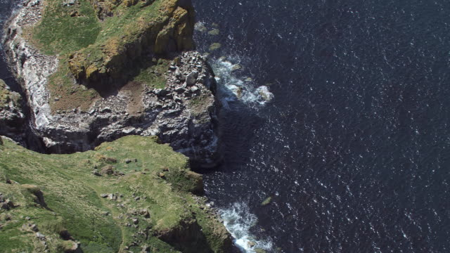 stockvideo's en b-roll-footage met ms aerial ds zo shot over lunga in treshnish isles in hebrides on west coast showing seabird cliffs from above / isle or island of mull and treshnish, isles argyll and bute, scotland - mull
