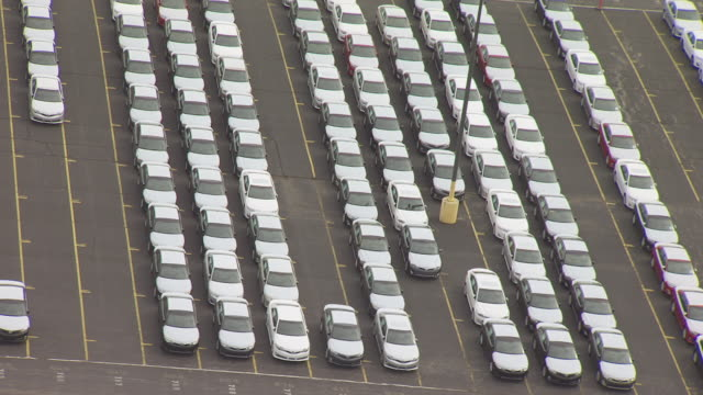 vídeos de stock e filmes b-roll de ms aerial ds shot over new cars parked at toyota motor manufacturing plant / georgetown, kentucky, united states - parado