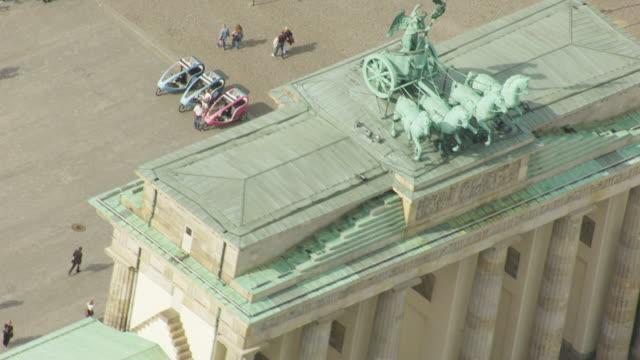 stockvideo's en b-roll-footage met ms aerial pan shot over people walking near brandenburg gate / berlin, germany - brandenburgse poort