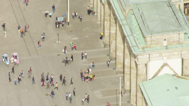 stockvideo's en b-roll-footage met ms aerial ds shot over people walking near brandenburg gate / berlin, germany - brandenburgse poort