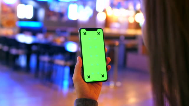 vídeos de stock, filmes e b-roll de disparado sobre o telefone esperto chave de chroma do ombro - portable information device