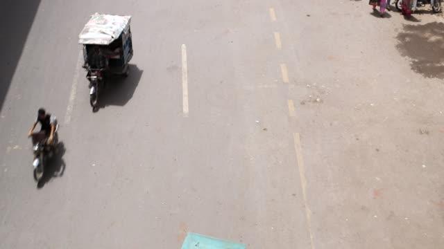 shot over traffic on streets / old city of lahore punjab pakistan - punjab pakistan bildbanksvideor och videomaterial från bakom kulisserna