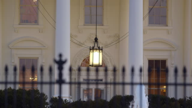 ms pan r/f shot to north portico of the white house ending with chandelier to iron fence / washington, district of columbia, united states - 2010年代点の映像素材/bロール