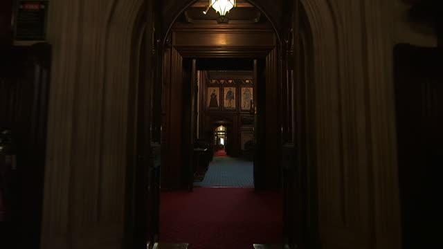 vídeos y material grabado en eventos de stock de pov shot walking through corridors of the houses of parliament - casas del parlamento westminster