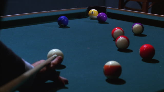 vídeos de stock e filmes b-roll de cu shots being played on pool table - mesa de bilhar