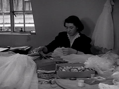 vidéos et rushes de shots inside the wardrobe department at the royal opera house. the camera pans around a group of seamstresses sewing costumes. another woman is seen... - opéra style musical