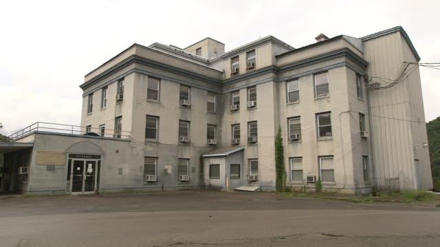 vidéos et rushes de shots of abandoned buildings in rural west virginia - a l'abandon