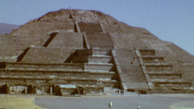 shots of ancient buildings in teotihuacan / shot of pyramid of the sun / pyramid of the sun on april 19 1968 in teotihuacan mexico - aztekisch stock-videos und b-roll-filmmaterial