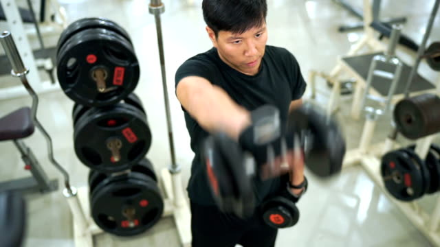 vídeos de stock e filmes b-roll de 3 shots of asian man working out in gym - articulação humana