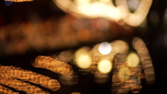 vídeos y material grabado en eventos de stock de 2 disparos de borroso reflejo de luces y reflejo de luces borrosa en un río. - haz de luz