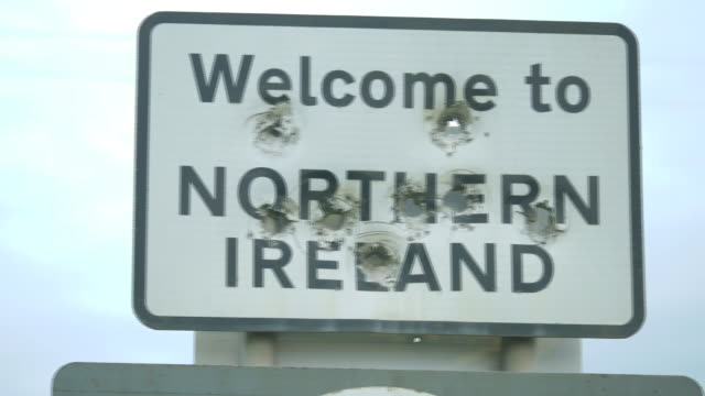 vidéos et rushes de shots of border crossing from northern ireland to the republic of ireland including point of view driving shots, border signage with bullet holes... - irlande du nord