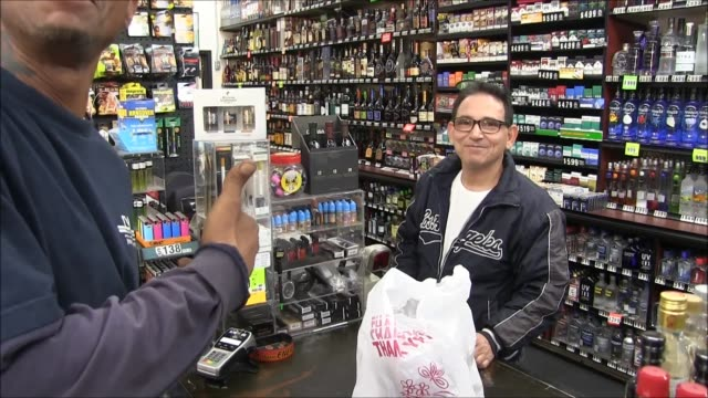 stockvideo's en b-roll-footage met shots of customers purchasing tickets, exteriors and interiors of store, and interviews with powerball ticket purchasers. footage was taken in lemon... - loterijlootje