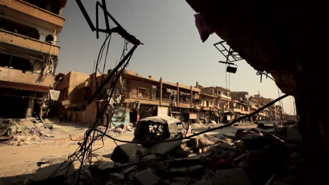 pov shots of destroyed buildings used as hideouts for is snipers in raqqa syria september 2017 nnbz127d absa627d - syrien stock-videos und b-roll-filmmaterial
