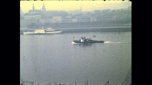 vidéos et rushes de shots of different boats in the river buildings on the riverbank and boats emitting smoke - répandre