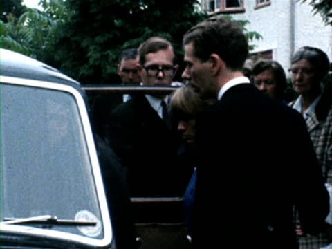 vídeos de stock e filmes b-roll de shots of family members bill wyman and charlie watts getting into hearses for the funeral of brian jones. 10 july 1969. - rolling stones