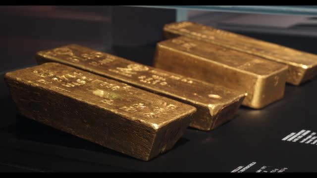 shots of gold exhibition in the money museum of deutsche bundesbank with some shots from deutsche bundesbank headquarter in frankfurt/main hessen... - barren geld und finanzen stock-videos und b-roll-filmmaterial