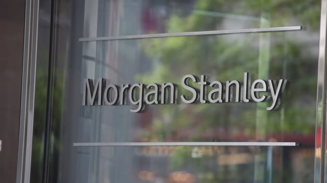 vidéos et rushes de shots of morgan stanley signage above the revolving door entrance to the lobby of their office building in new york ny - hall d'accueil