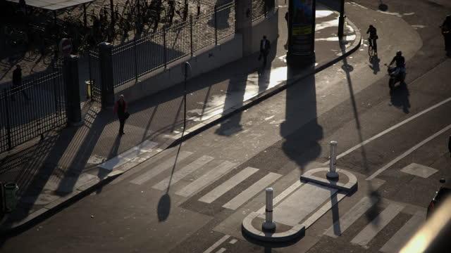 vidéos et rushes de shots of pedestrians in paris, france - passage pour piétons