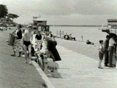 vidéos et rushes de shots of people relaxing and enjoying themselves on the beach and promenade at cowes 1954 - cowes