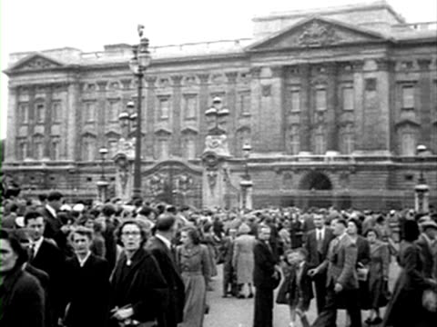 shots of people taking their places on the mall in preparation for princess elizabeth's coronation procession. 01 june 1953. - number of people stock videos & royalty-free footage
