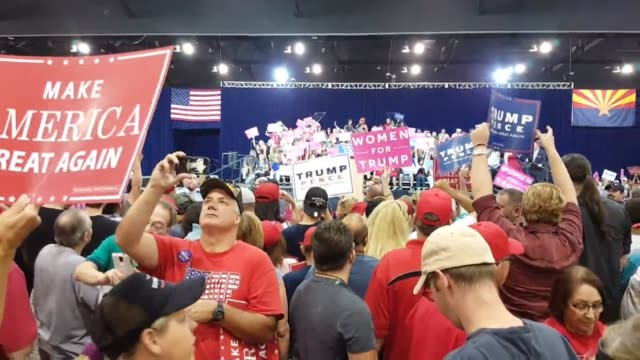 vidéos et rushes de shots of supporters at the trump rally and of trump speaking from the podium - pupitre