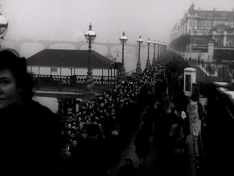 stockvideo's en b-roll-footage met shots of the huge queue of people stretching down the south bank and over lambeth bridge who wish to view the coffin of king george vi lying in state... - opgebaard liggen