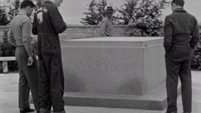 shots of will rogers memorial museum exterior / young men looking at tomb / will rogers tomb text / front of museum / will rogers memorial on june... - 飾り板点の映像素材/bロール