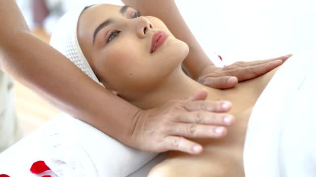 shoulder massage - 人間の関節点の映像素材/bロール