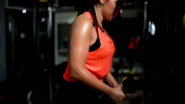 vídeos de stock, filmes e b-roll de de ombro exercício - braço humano