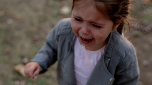 vídeos de stock, filmes e b-roll de criança gritando, chorando no parque - 2 3 anos