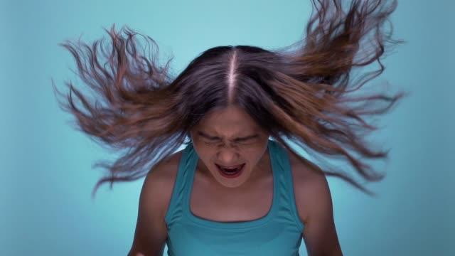 frau auf isolierte blauen hintergrund zeitlupe schreien - schreien stock-videos und b-roll-filmmaterial
