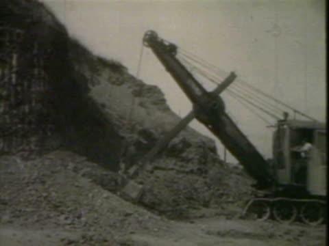 shovel and dumptruck at quarry - 炭鉱点の映像素材/bロール