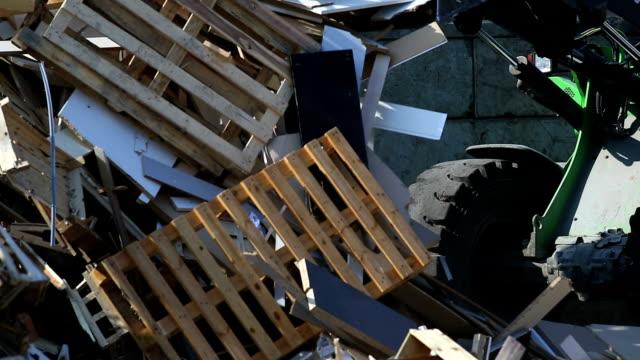 スコップ excavator 移動ウッドのゴミ cu - 建設機械点の映像素材/bロール