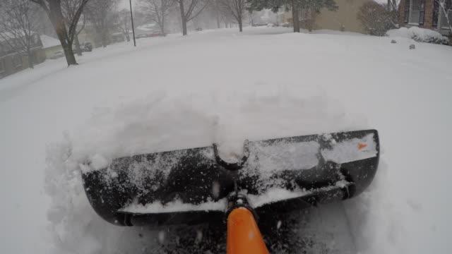 vídeos de stock e filmes b-roll de shoveling deep snow point of view pov - pá para neve