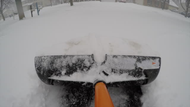 vídeos de stock e filmes b-roll de shoveling snow in driveway point of view pov - pá para neve